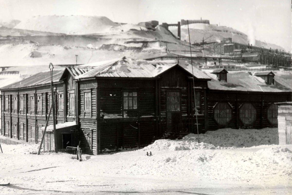 Старое деревянное здание школы №1 на Нулевом пикете