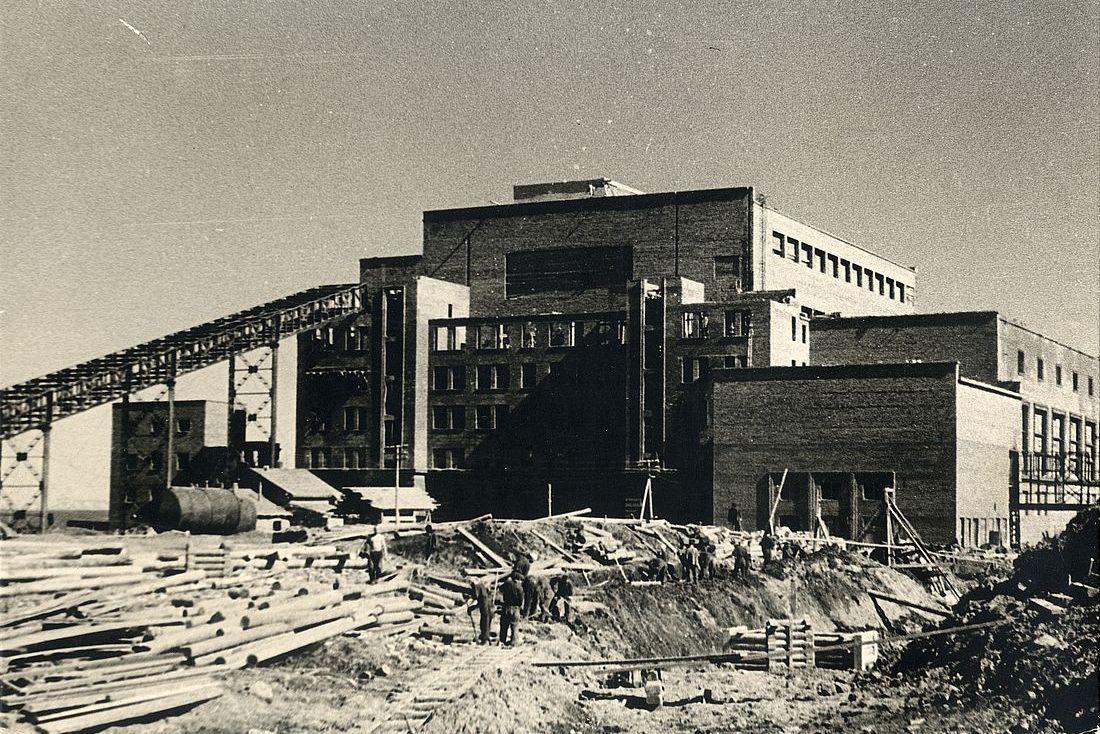 В 1942 году вступила в строй первая норильская ТЭЦ