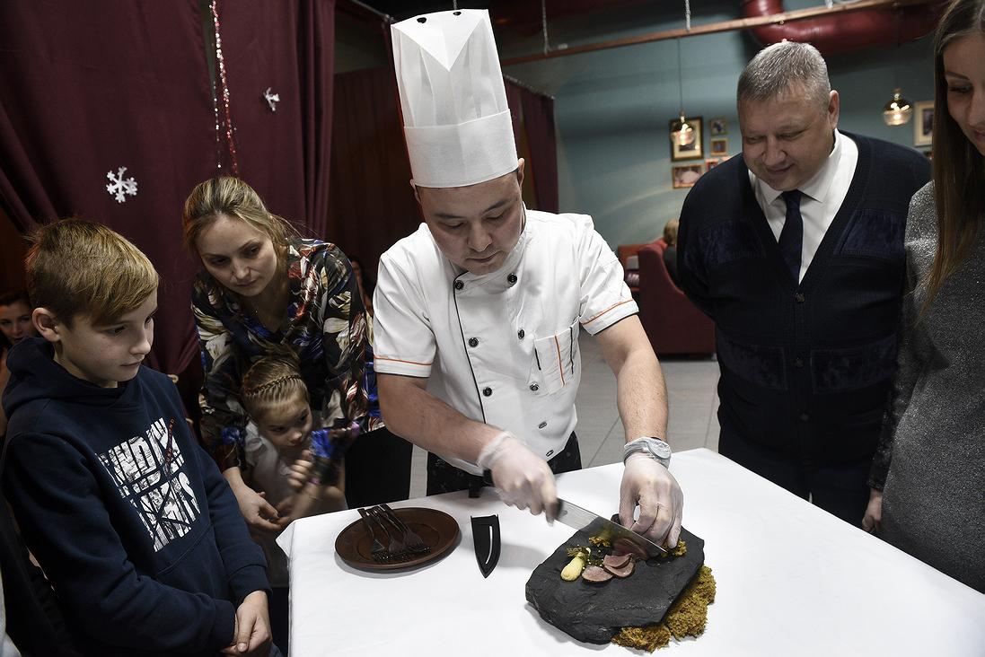 Каждому по кусочку: шеф-повар Денис Кашапов нарезает оленину, приготовленную методом су-вид
