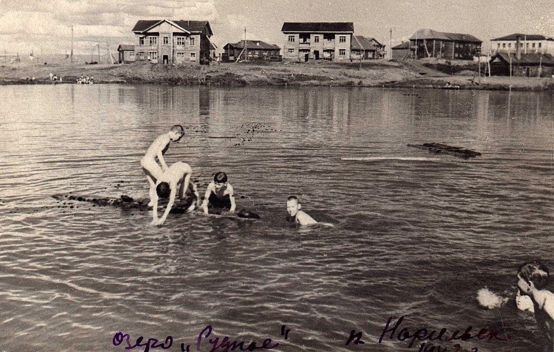 Вместе с мальчишками водные процедуры принимает и дочь директора школы (в правом нижнем углу)