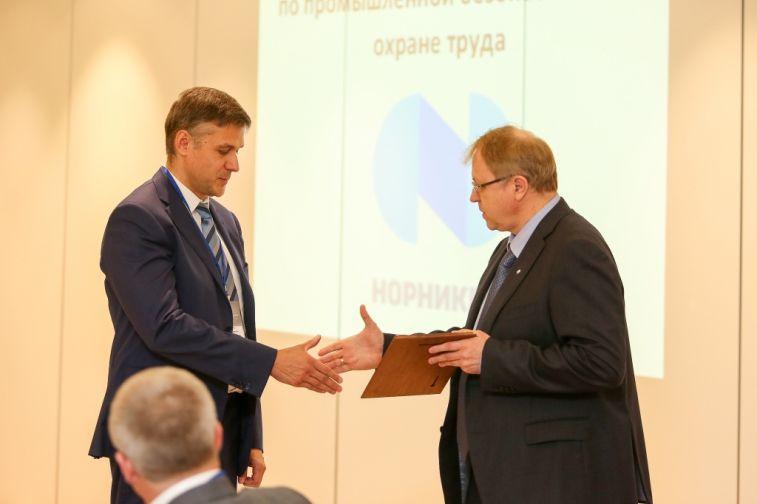 """Директорам предприятий """"Норникеля"""", показавшим наилучшие результаты по направлению ПБиОТ в прошлом году, вручили награды"""