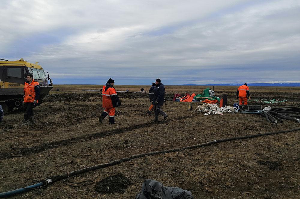 Морские спасатели полностью локализовали нефтяное пятно в акватории реки