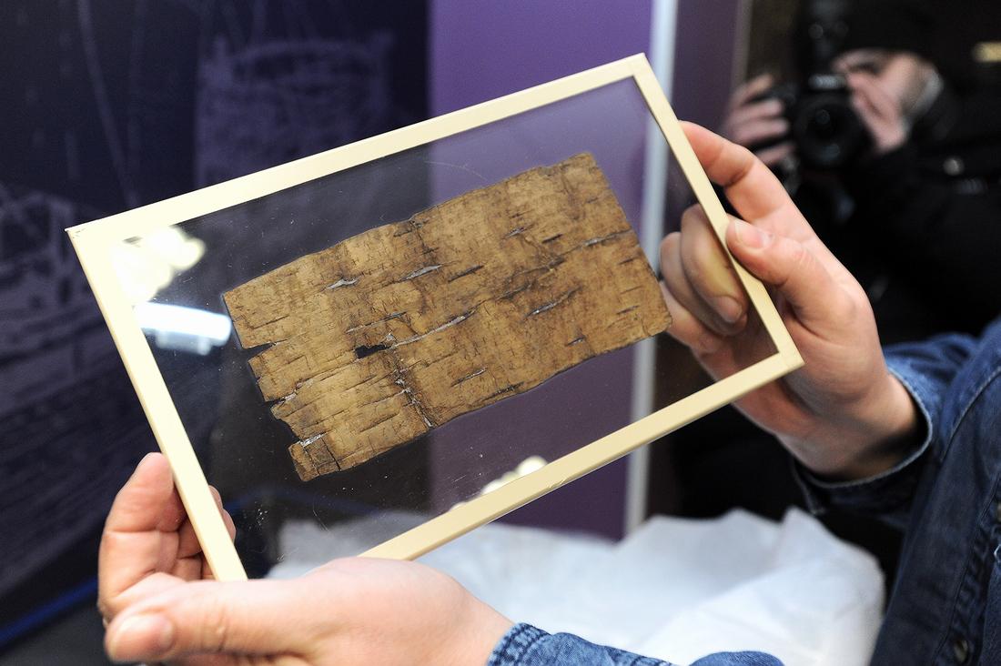 Из Новгорода в Норильск привезли древние берестяные грамоты