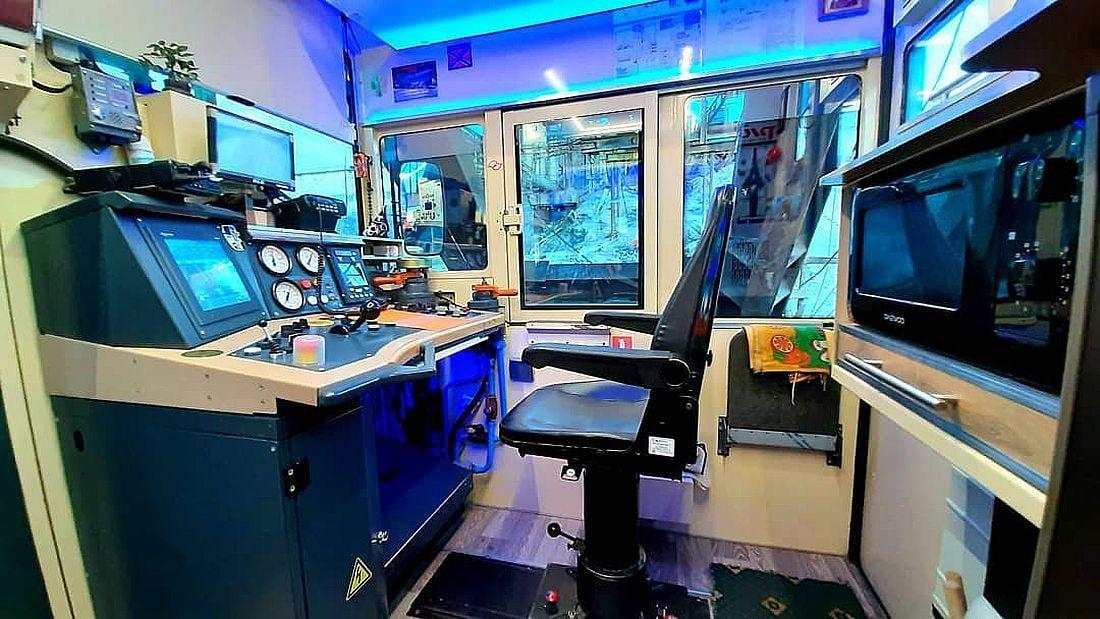 Новая кабина машиниста. Оснащена двумя пультами управления с многофункциональными цветными дисплеями, позволяющими контролировать работу всех систем тепловоза