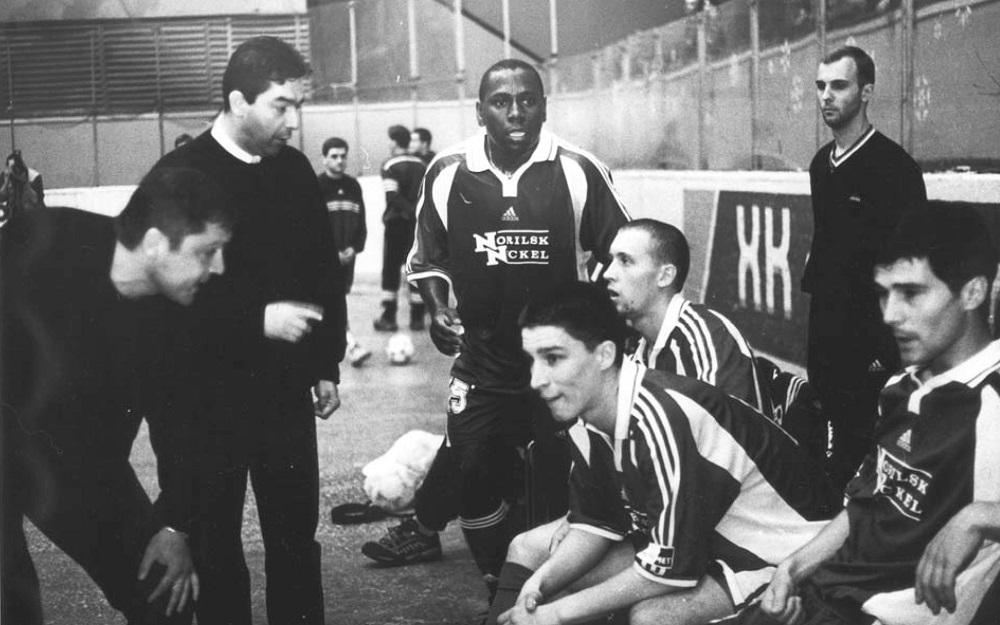 В победном для «Норильского никеля» сезоне-2001/02 бразилец Шоко (в центре) признан лучшим игроком чемпионата России
