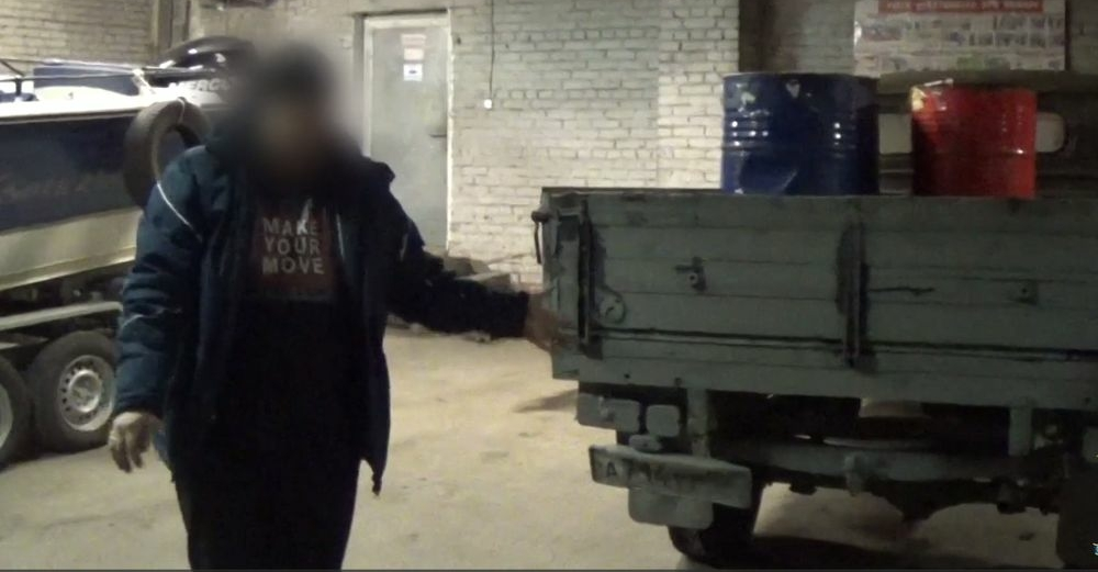 Двое норильчан так нагрузили автомобиль бочками с ворованным керосином, что сломалась рессора
