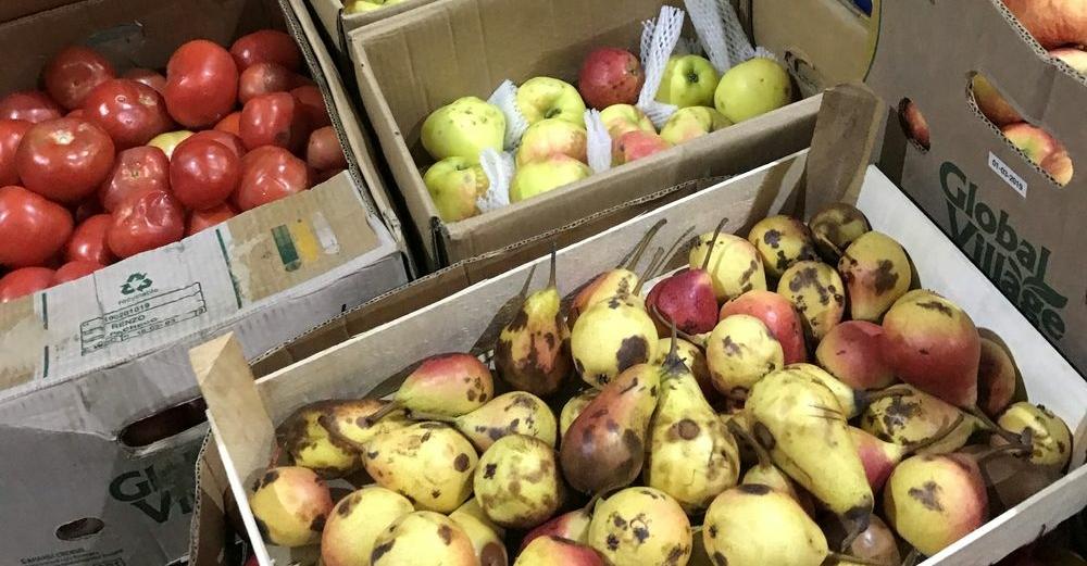 Тонну немаркированных овощей и фруктов уничтожили в Норильске