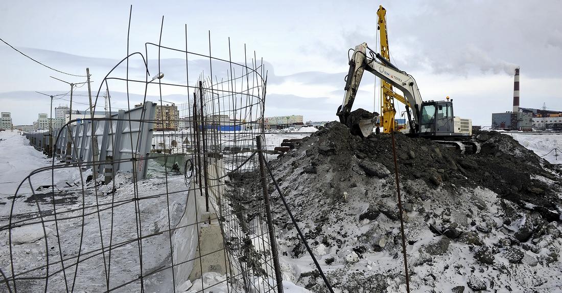 Строители разбирают старый мост на улице Октябрьской