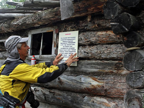 Участники второй смены православной экологической экспедиции привели в порядок избу, построенную на Ламе Николаем Урванцевым