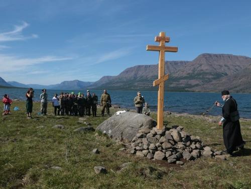 Крест установили на берегу озера Лама участники православной экологической экспедиции