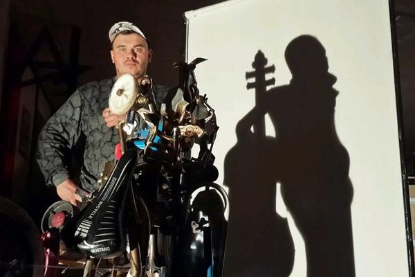 Скульптор Альберт Туркин создал необычный памятник-пулемет