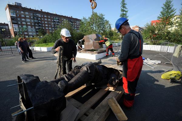 Бронзовую скульптуру горняка смонтировали в Талнахе