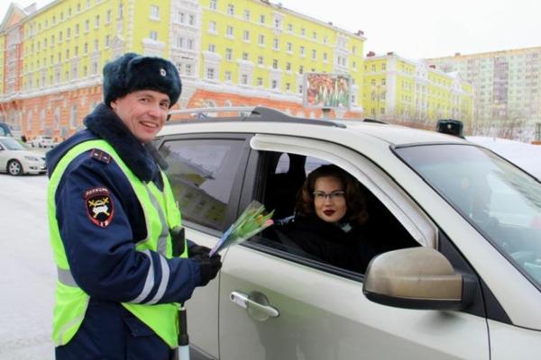 Сотрудники ГИБДД поздравили с 8 марта автолюбительниц Норильска