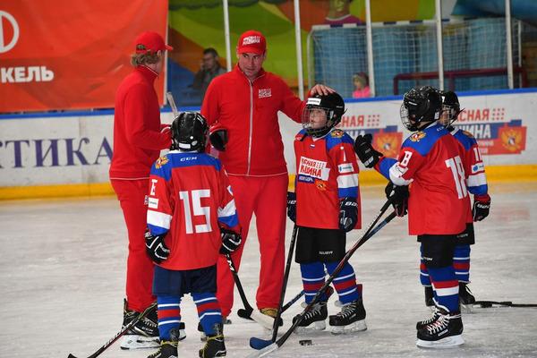 Звезда хоккея Александр Гуськов провел тренировку для юных норильчан