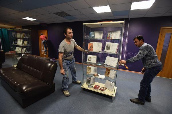 В Публичной библиотеке начали монтировать выставку «Книга Севера»
