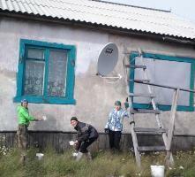 Волонтеры таймырского поселка Попигай отремонтировали фасады домов одиноких пенсионеров