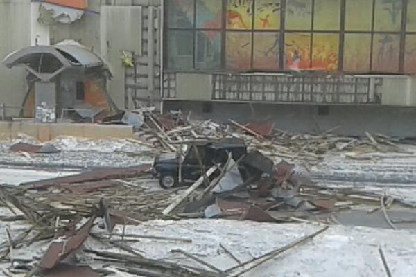 Один человек погиб, трое пострадали из-за снесенной ветром с дома по ул. Талнахской в Норильске кровли