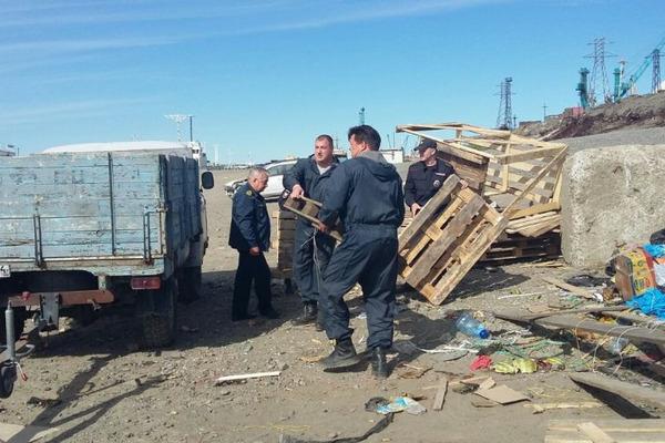Три грузовика мусора собрали транспортные полицейские Таймыра в рамках экологической акции