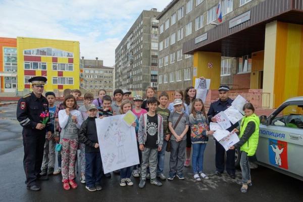 Школьники Норильска поздравили дорожных полицейских с днем ГАИ