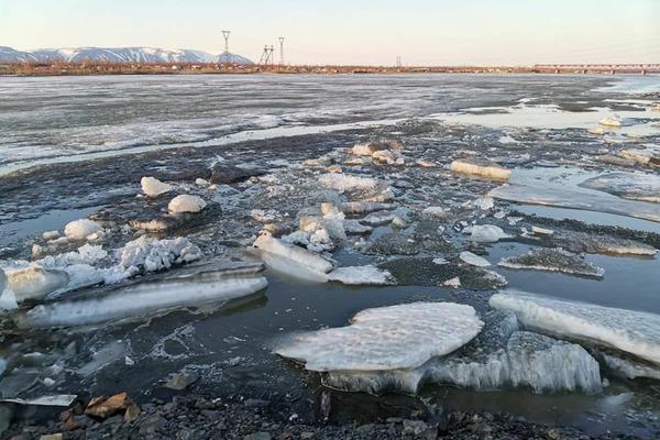 Лед на реке Норильской сдвинулся почти на километр от моста