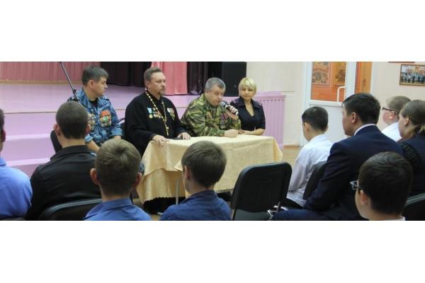 Уроки, посвященные Дню солидарности в борьбе с терроризмом, провели в норильских школах полицейские и священнослужители