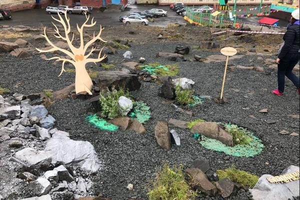 Сад камней появился в одном из норильских дворов стараниями экомарафонцев