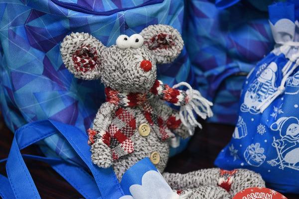 Знакомство с мышью Буклей ждет норильских детей, получающих муниципальные подарки