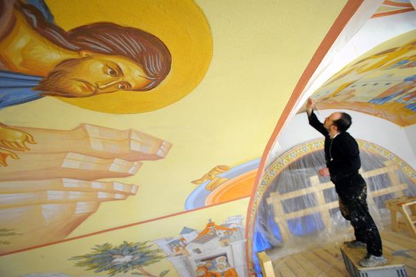 Иконописцы приступили к росписи купола храма на Мира, 6