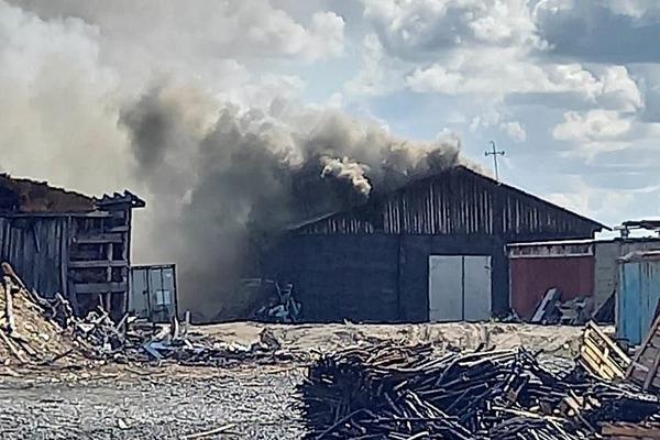 В Дудинке несколько часов полыхает пожар