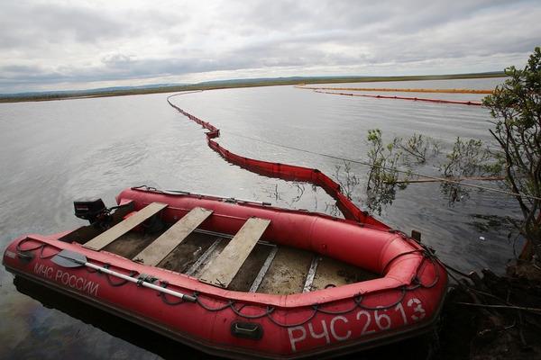 Спасатели собрали более 33 тысяч кубометров топливно-водяной смеси