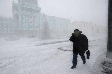Первый снег и гололед осложнили дорожную ситуацию в Норильске