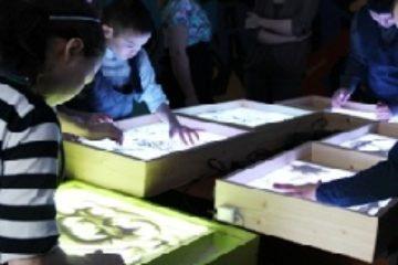 """Таймырцы с ОВЗ создают картины из песка в рамках проекта """"Нарисуй мечту"""""""