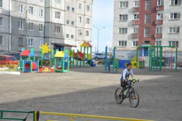 Усилия активных собственников жилья поспособствовали установке игрового комплекса во дворе дома по ул. Лауреатов в Норильске
