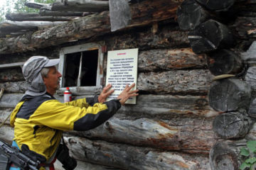 Участники православной экологической экспедиции привели в порядок избу, построенную на Ламе Николаем Урванцевым