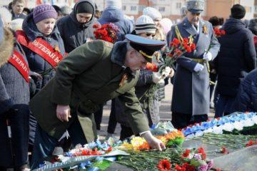 Сотни норильчан пришли на площадь Памяти Героев, чтобы вместе отпраздновать 73-ую годовщину Великой Победы