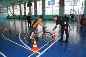 Дудинскому школьнику вручили велосипед за аккуратное вождение
