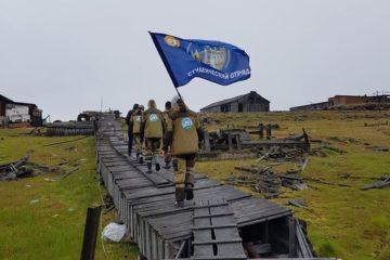 Волонтеры арктического субботника восстановили фрагмент обелиска защитникам Диксона