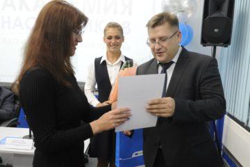 Наставникам с различных предприятий группы компании вручили сертификаты об успешном окончании обучения