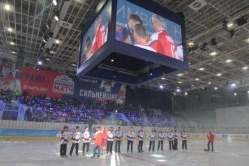 """Матч между """"Легендами хоккея"""" и норильской Ночной хоккейной лигой закончился со счетом 14:10 в пользу звезд"""