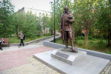 Вандалы доломали очки у памятника Николаю Урванцеву