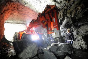 Новый бутобой разбивает крупные глыбы породы на руднике «Заполярный»