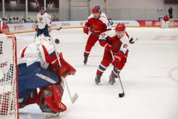 «Легенды хоккея» вышли на лед в честь Дня защитника Отечества