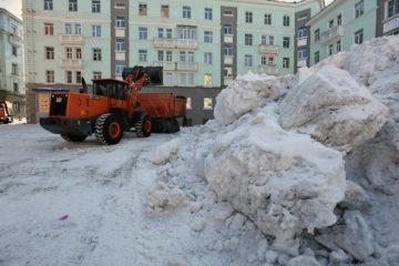 Снег из норильских дворов вывозят десятитонными самосвалами