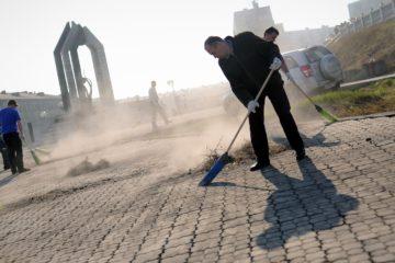 Добровольцы вышли на уборку города