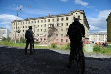 В Норильске приступили к сносу аварийной сталинки на Комсомольской, 20