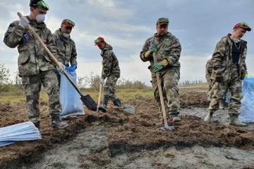Первая смена добровольцев закончила работу на реке Амбарной