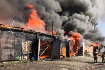 Пожар, охвативший склады в Дудинке, потушили