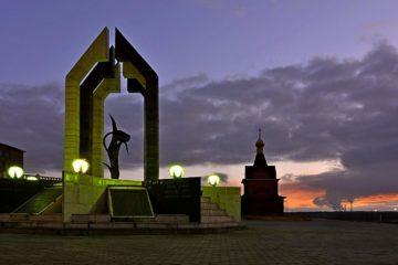 Территорию у мемориала «Черный тюльпан» приводят в порядок