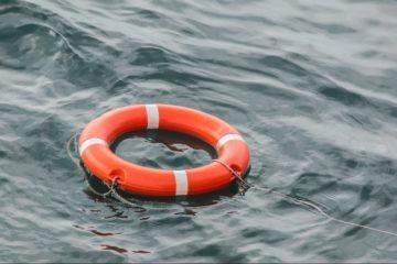 Катер на воздушной подушке перевернулся в районе озера Собачьего