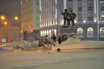 Монумент «Металлургам Норильска» очистили от снега
